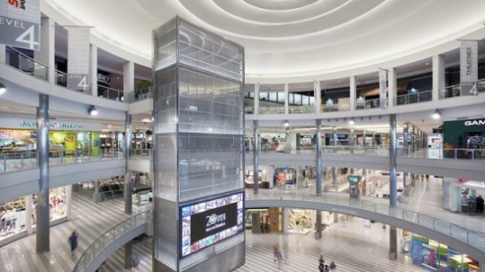 pantallas publicitarias para destacar tu escaparate en un centro comercial. el led transparente te permite atraer clientes y acercarlos a tu escaparate, pare despues meterlos en la tienda y estar cerca de una venta. Si tienes una tienda en un centro comercial o una franquicia, descubre la pantalla de led transparente de Ledtransparente