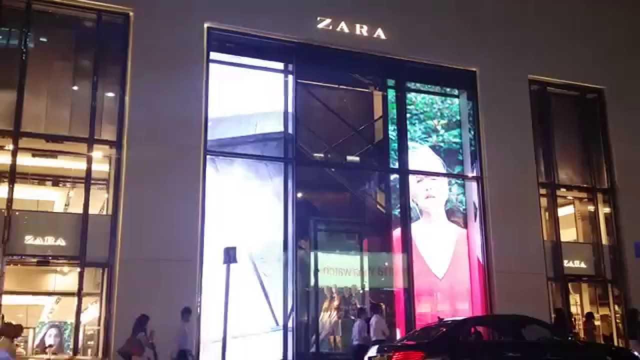 Zara, con pantallas led transparente en su escaparate, para dar vistosidad y atraer a los clientes con imágenes de los productos que luego encontrarán en la tienda, es la mejor manera de aumentar las ventas, y mejorar resultados de tu tienda